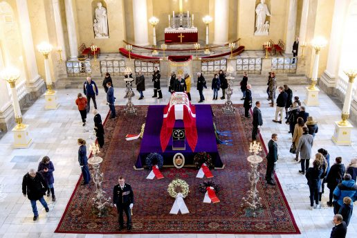 prins henrik, død, castrum doloris, skue, kiste, båre, christiansborg slotskirke, respekt, kø, fremmødte, danskere, franskmand, dronning margrethe, royal