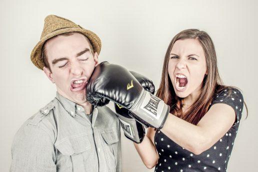 par skændes slås slår boksehandske skænderi mand kvinde boksning