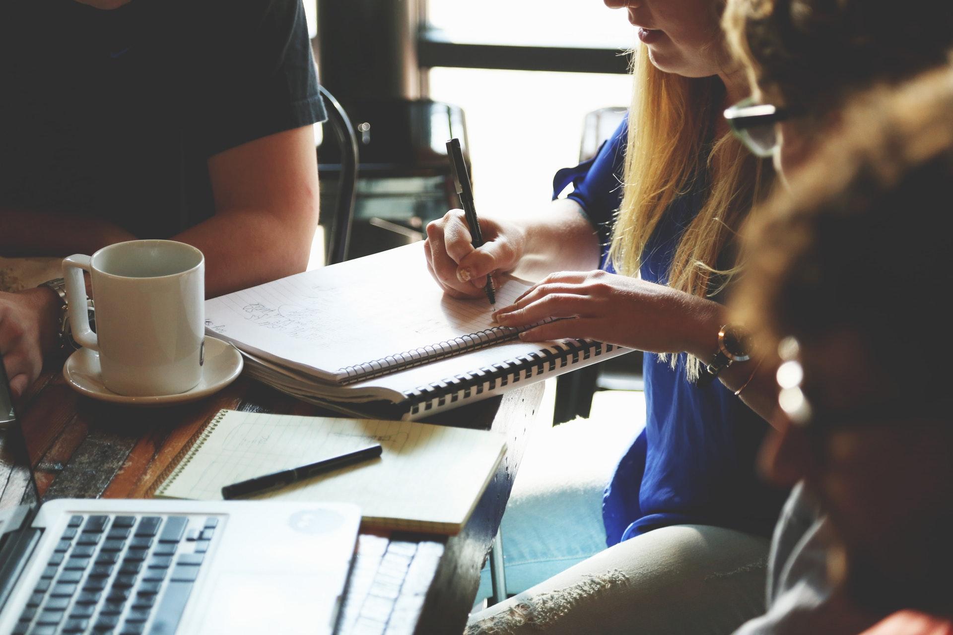 people pleaser opgave blok skriver møde kontor arbejde people-woman-coffee-meeting