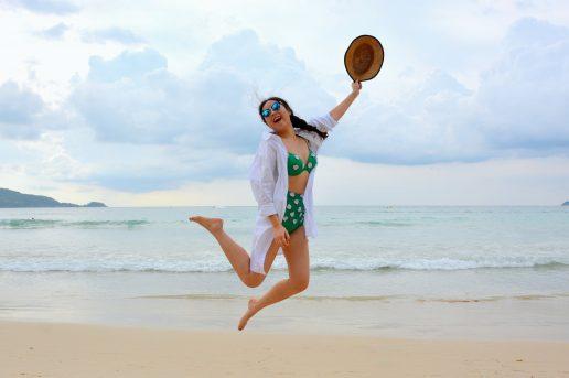 strand, bikini, solbriller, bølger, hav, strand. Hoppebilleder er efterhånden en klassiker, når du skal vise, at du altså befinder dig uden for Danmarks grænser. (Foto: Pexels)