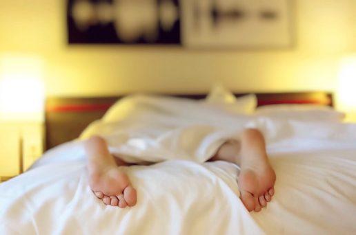 vågne, vækkeur, app, seng, fødder, kvinde, morgen. Nu kan det være, det bliver endnu nemmere at stå op om morgenen. Det er da værd at håbe på. (Foto: Pexels)