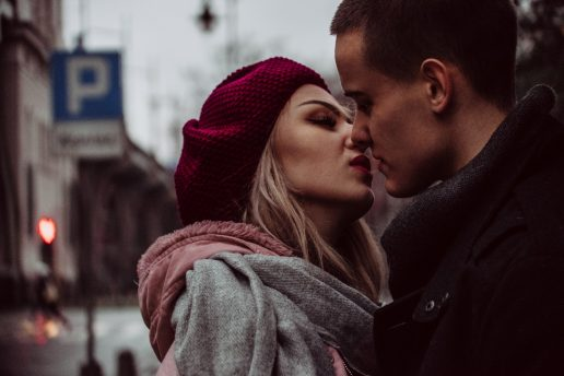 date par kys Photo by freestocks.org from Pexels https://www.pexels.com/photo/close-up-photograph-of-woman-kissing-man-850399/