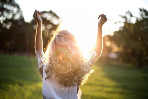 sun beam kvinde eng sol dagdrømmer fri danser