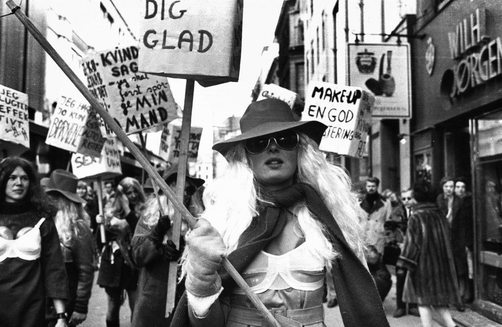 feminist, feminisme, ligestilling, ligeløn, kvinde, mand, kvinder, mænd, løn, penge, børn, barsel, uddannelse, menneskerettigheder, rettigheder, kvinderettigheder, kamp, kvindekamp, kvindebevægelse, rødstrømper, arbejdsmarked, bølge, bølger, første bølge feminister, anden bølge feminister, tredje bølge feminister, fjerde bølge feminister, abort, sex, frihed, voldtægt, vold, victimblaming, bodyshaming, shamin, udskammelse, girl squad, politik, demonstrationer, suffrageter, 1870, rødstrømper, demonstration, kvindecentre,