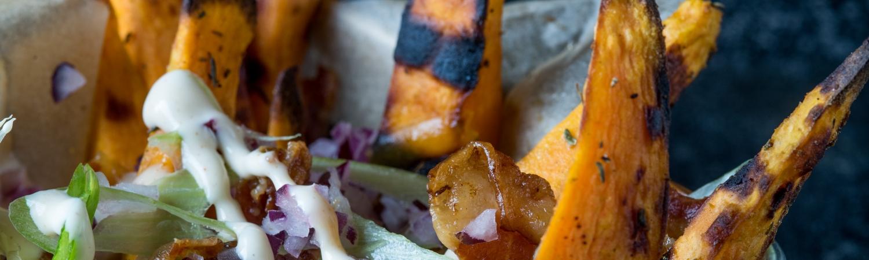 opskrift, mad, grill, weber, weber grill academy, sommer, søde kartofler, bacon, løg, forårsløg, alabama barbeque sauce
