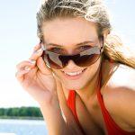 pige med solbriller øjne øjenskader
