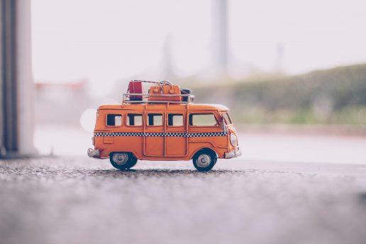 ferie - sommerferie - bil med kufferter pexels