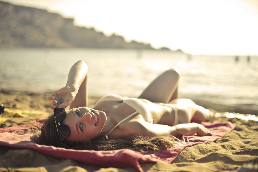 strand pige sol solbadning hud sommer (Foto: Pxhere)