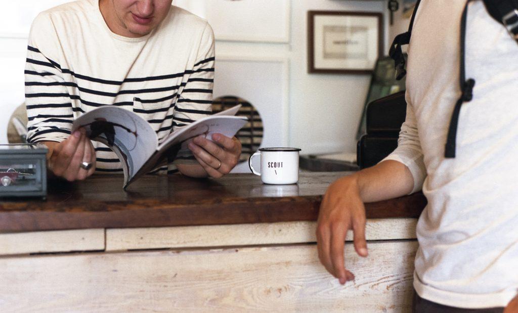 skrivebord køkken snakke mænd kop (Foto: Pxhere)