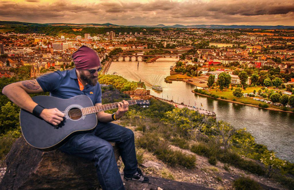 guitarist-dusk-guitar-man-city-landscape-1435835-pxhere.com