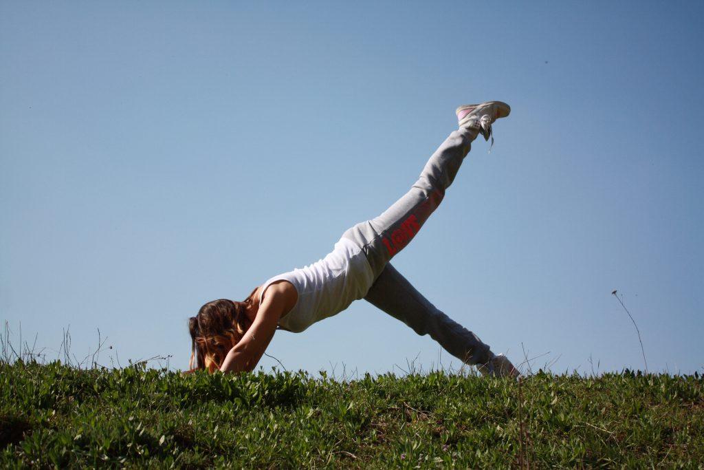 græs pige træning fitness (Foto: Pxhere)