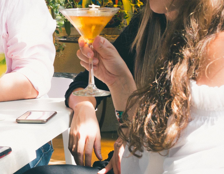 Drikker, børn, alkohol, rige forældre, forældre, drinks, cocktails, fest