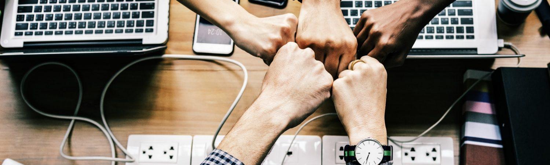 Arbejde computer gruppe sammenhold arbejdsmiljø samarbejde