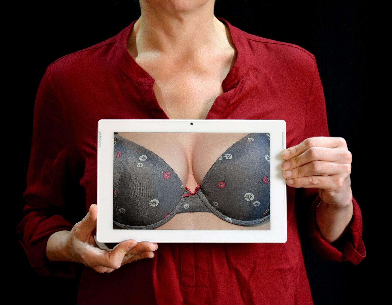 Mand får bøde for at kommentere kvindes bryster