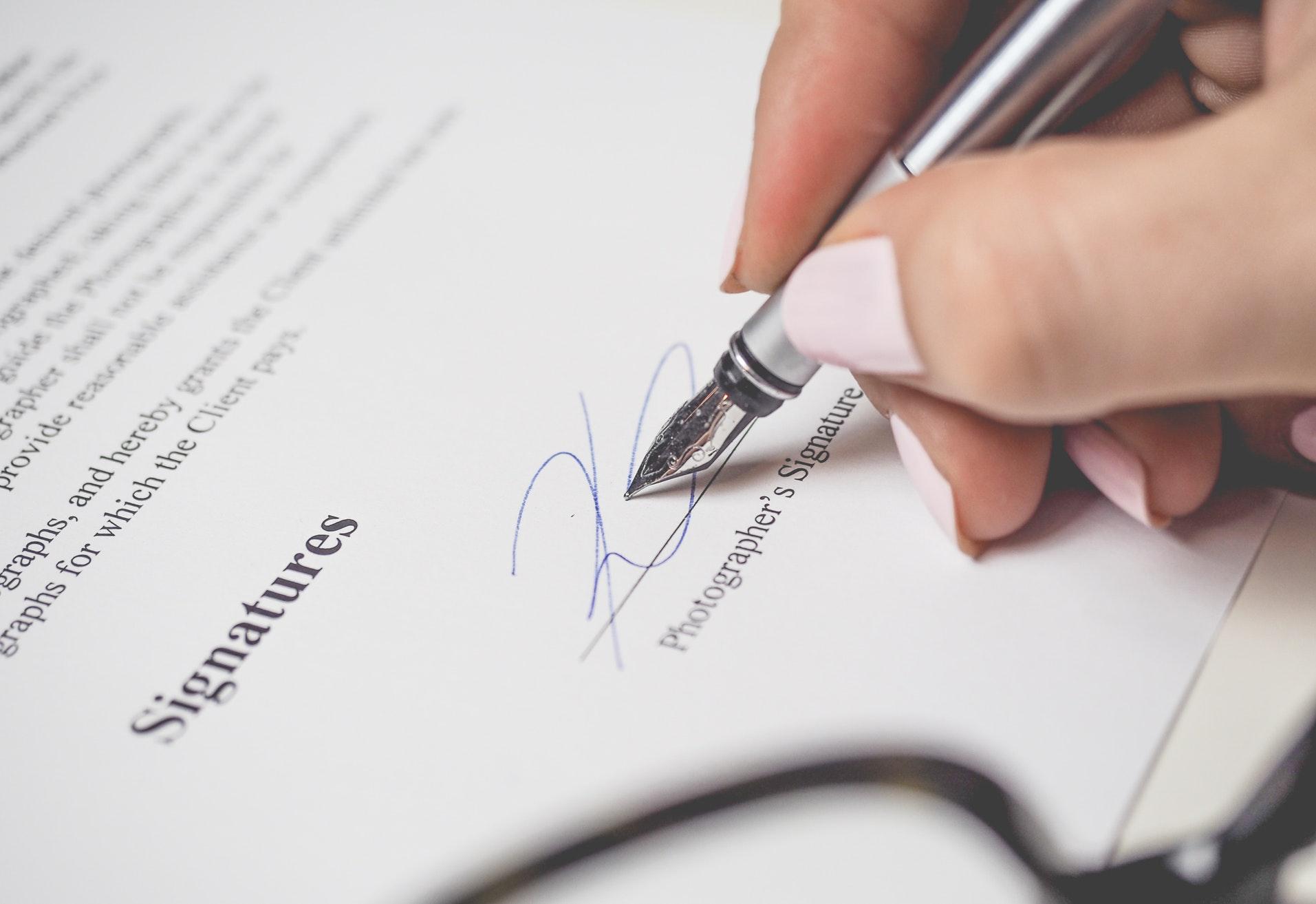 arbejde, arbejdsmarked, jobsøgning, job, dagpenge, nyuddannet, akasse, ansvar, universitet underskrift