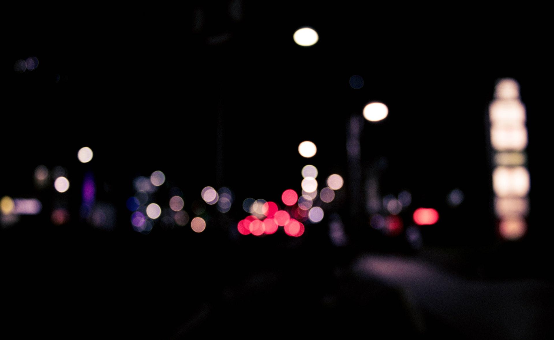 Mørk mørke gade lys by aften