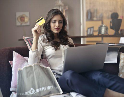 Dankort shopping online kvinde pige glad computer