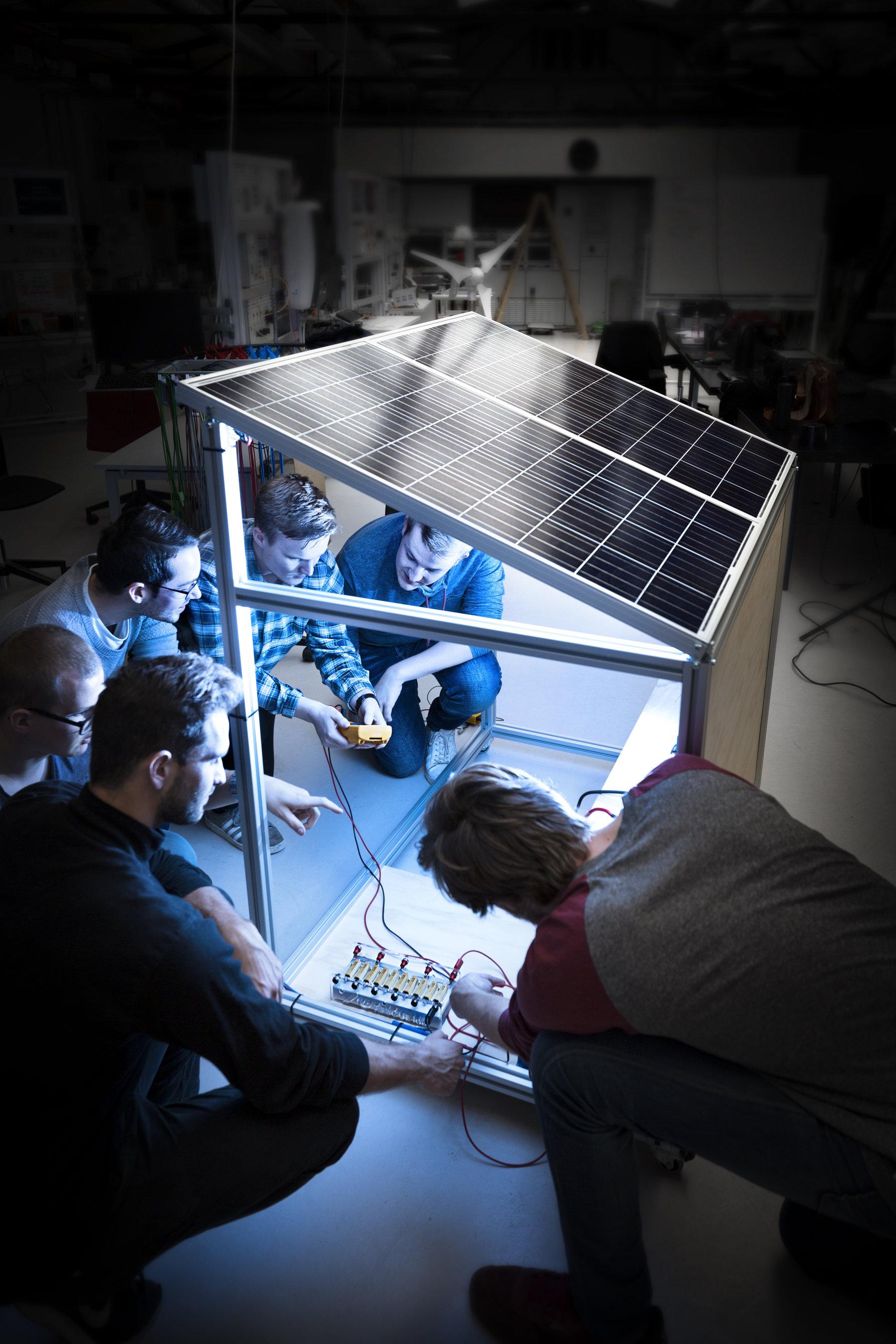 Ingeniørstuderende fra Aarhus Universitet tager i denne uge til internationalt klimatopmøde i København med deres bud på en solcelleløsning, der kan forsyne landområder i Afrika med strøm. Foto: Melissa Yildirim, AU Foto.