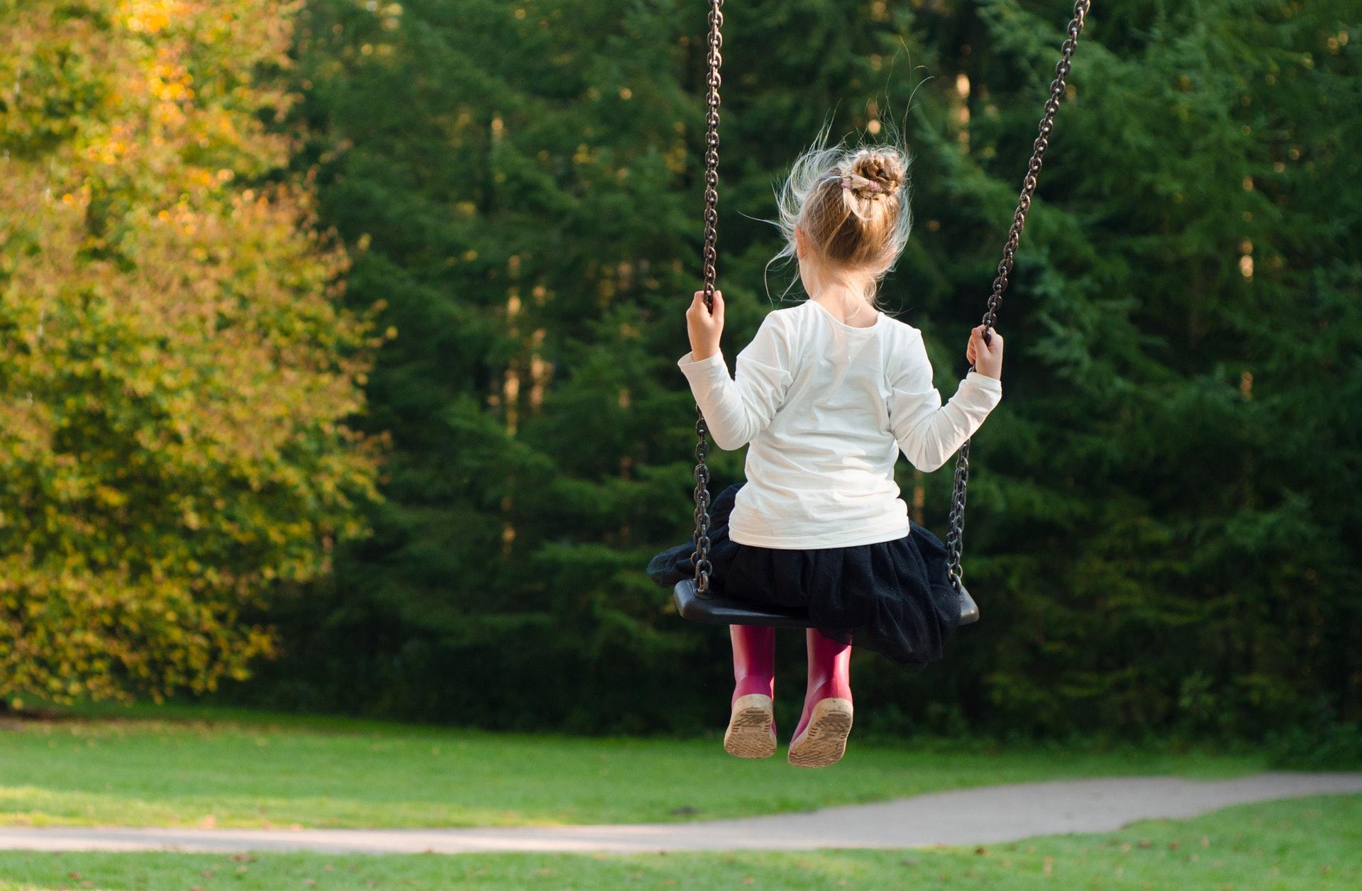 Barn, børn, familie, leg, lege, gynge, natur, legeplads