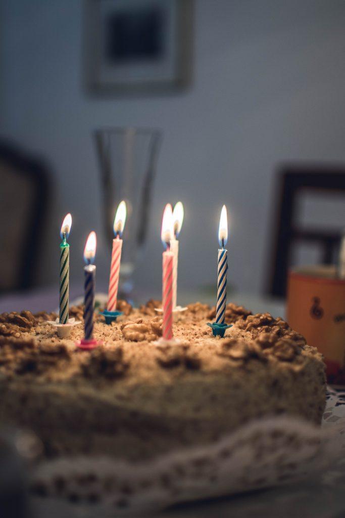 fødselsdag kage lys lagkage (Foto Pexels)
