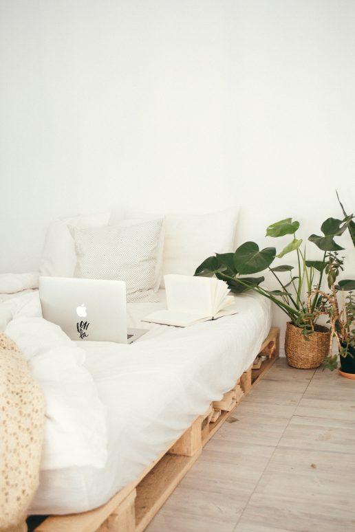 soveværelse hygge seng computer (Foto: Pexels)