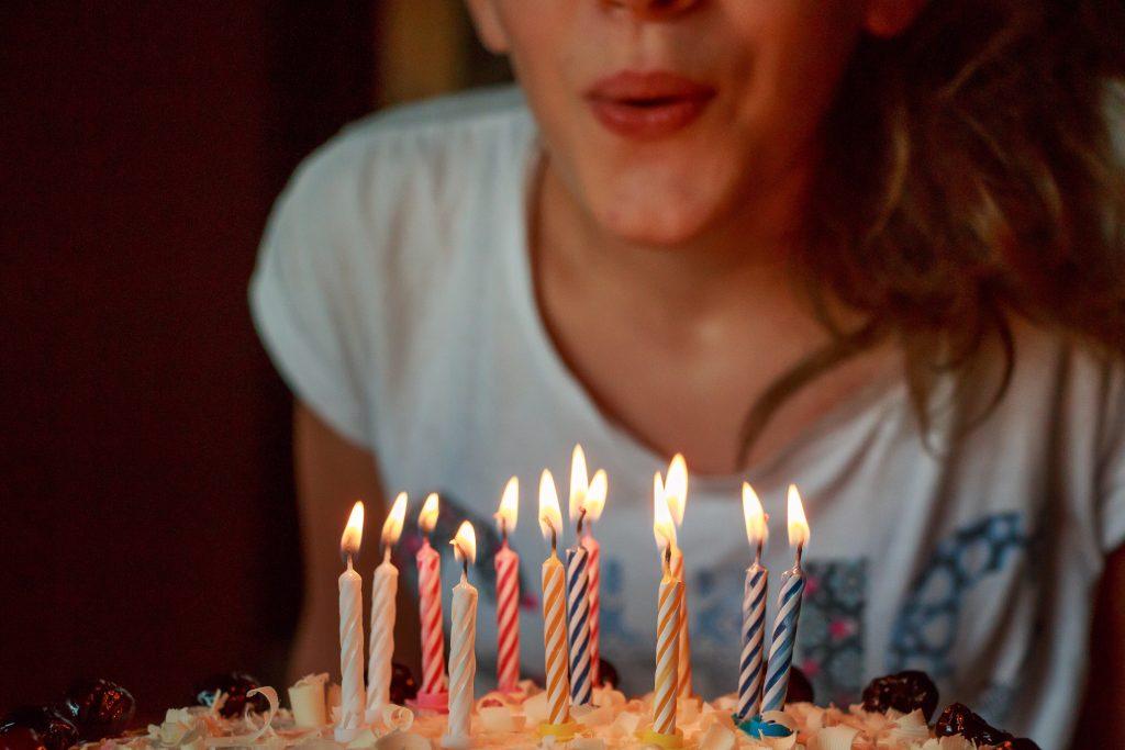 pige fødseldag lagkage lys (Foto: Pxhere)