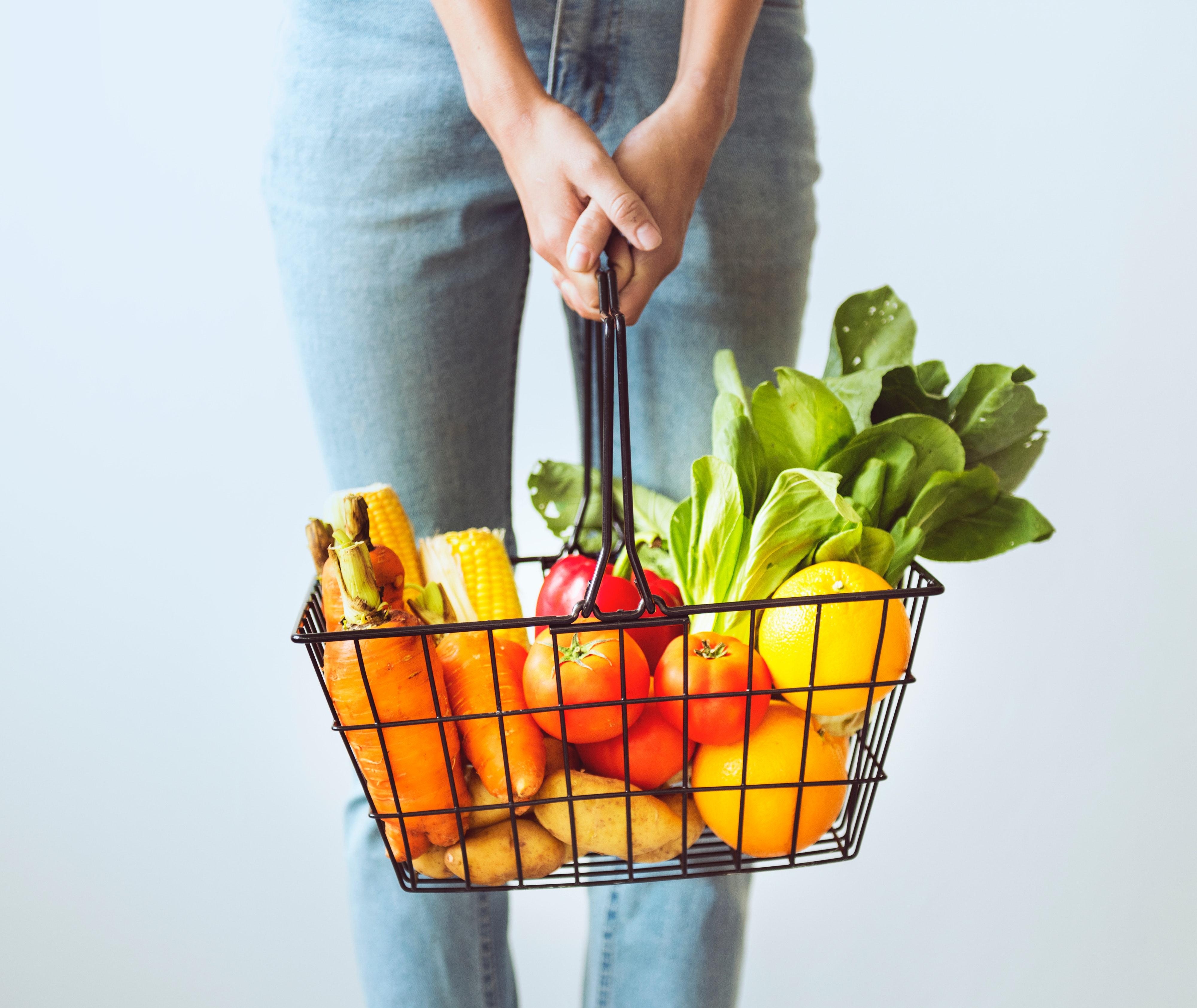 pige med kurv af mad (Foto: Pexels)