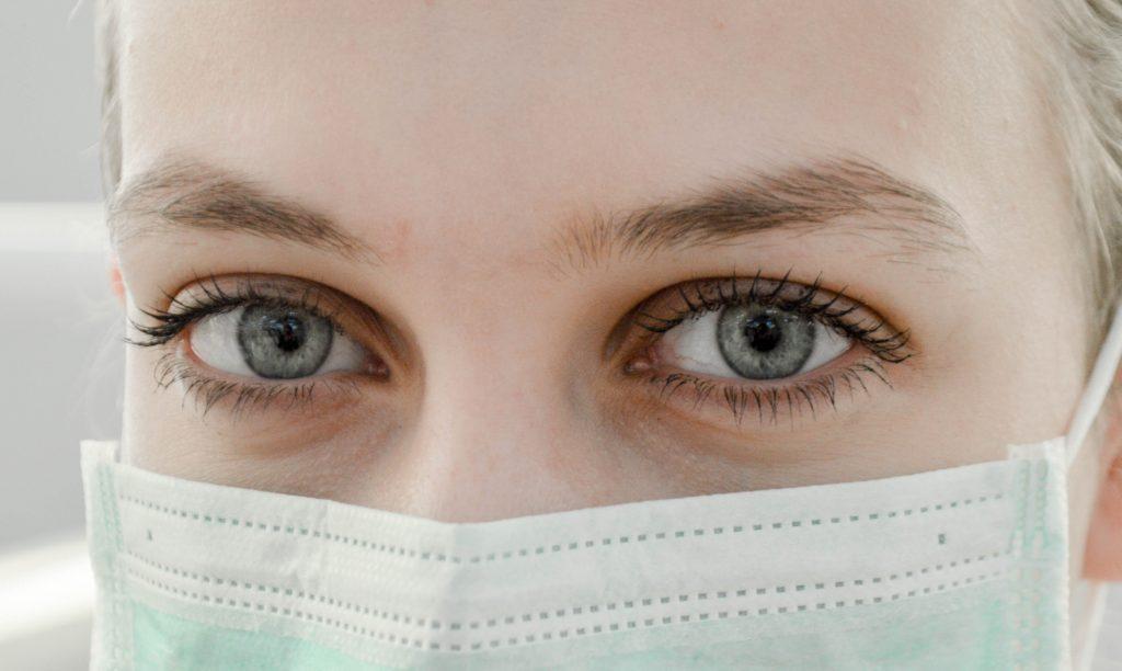 øjne pige syg bakterier (Foto: Unsplash - Ani Kolleshi)