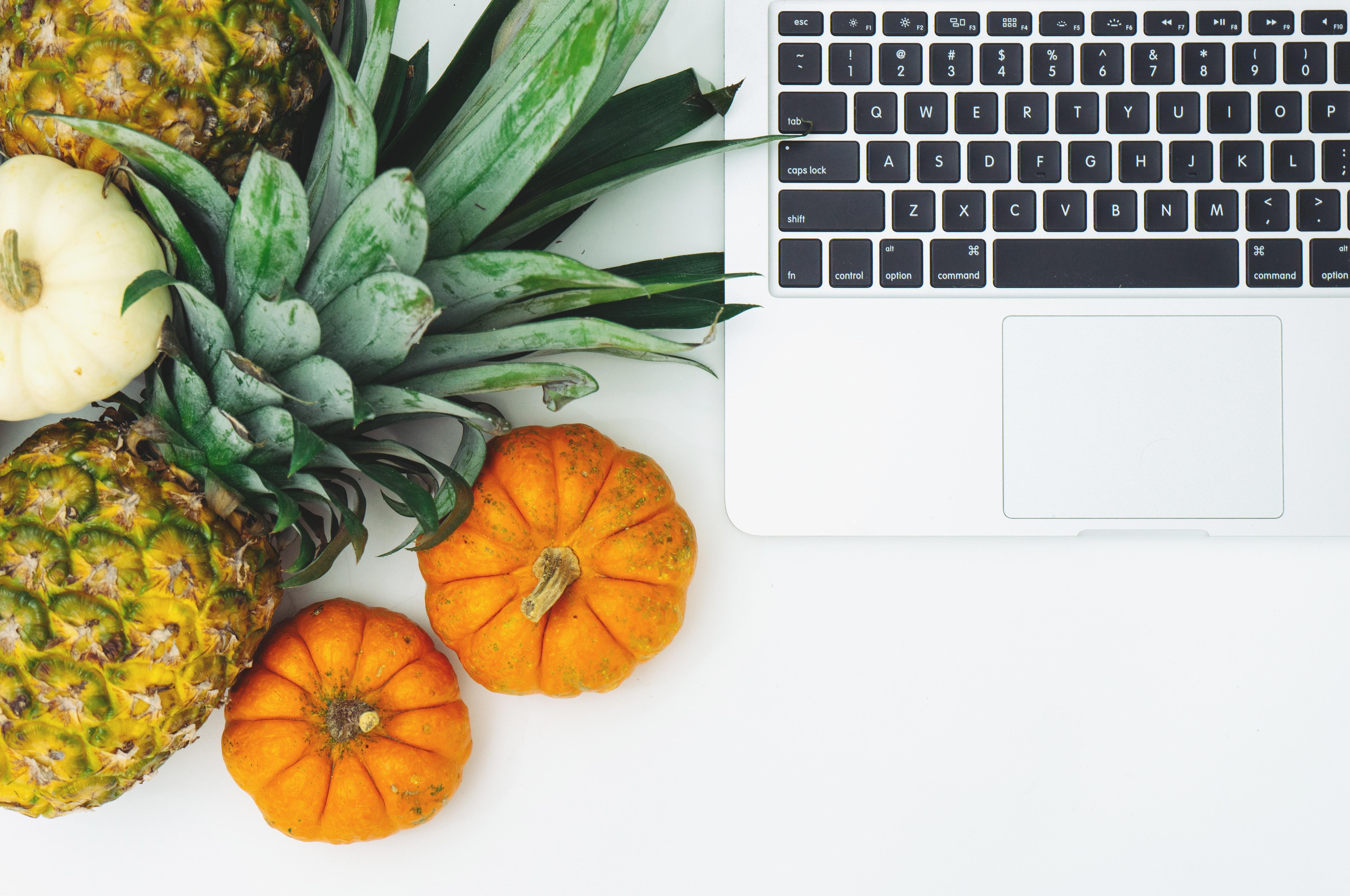 bloggerbillede med grøntsager og computer (Foto: Pexels)
