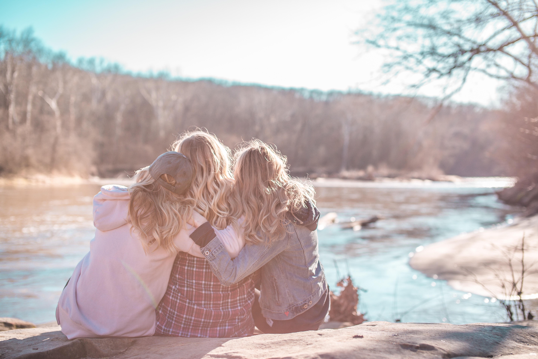 veninder kram samtale (Foto: unsplash)
