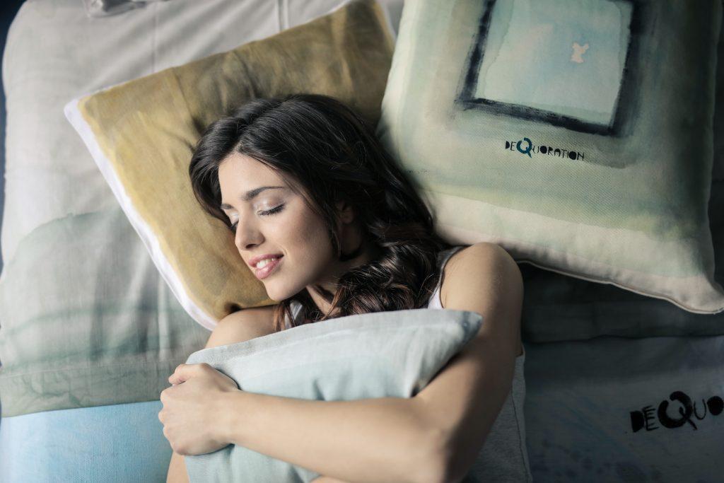 sove pige seng søvn (Foto: Pexels)