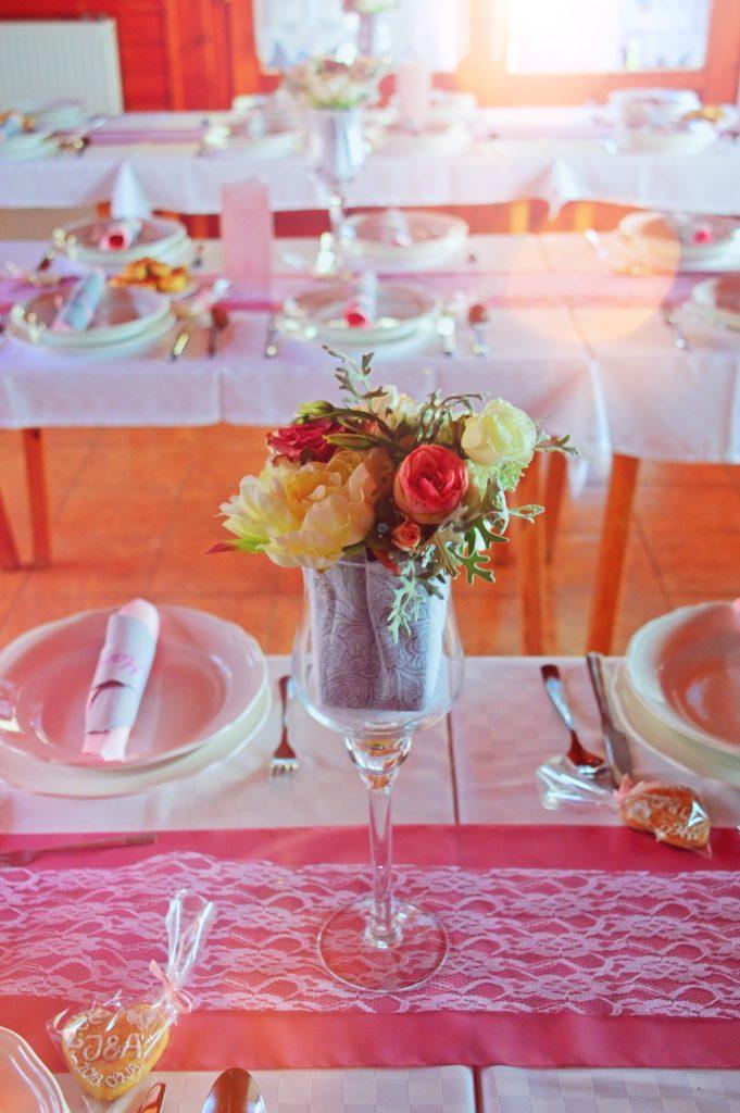 borddækning fest konfirmation bord blomster (Foto: Pxhere)