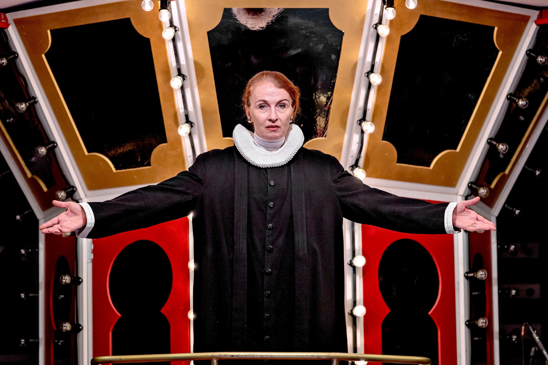Bodil Jørgensen som Præsten i Tivoli-Rytteriet