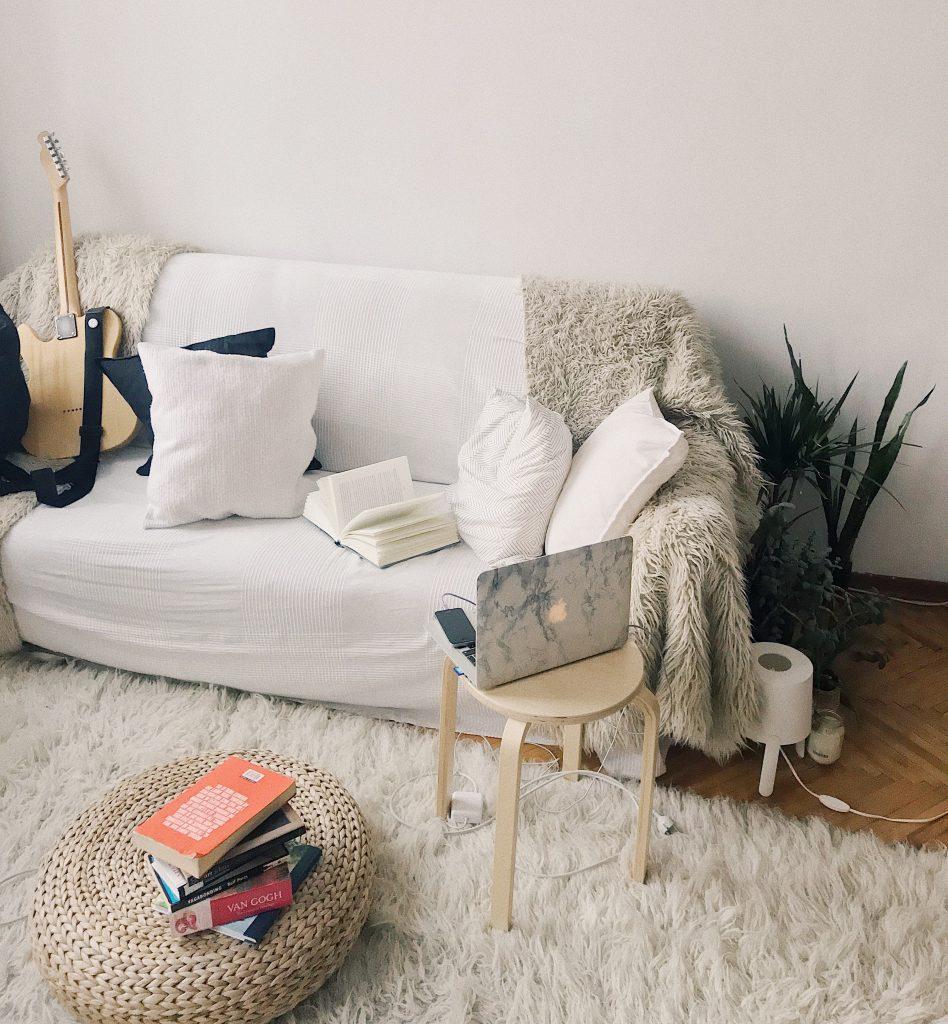 lejlighed - flytte hjemmefra - bolig boligkøb sofa (Foto: Pexels)