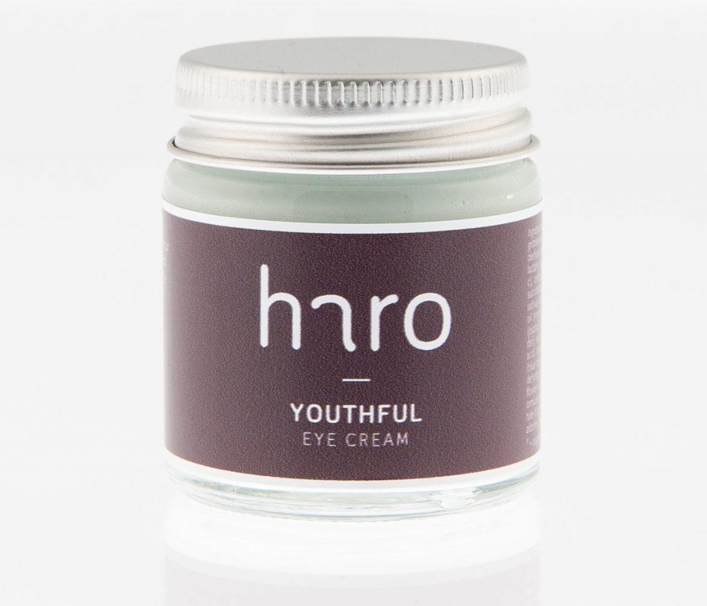 lysne og løfte En smuk og kølende dueblå øjencreme med mange egenskaber og kraftfulde ingredienser. Designet til at løfte og lysne øjenområdet og reducere synligheden af små linjer hævelser. Youthful er beriget med økologiske regenererende olier, kraftige antioxidanter, vitaminer, planteekstrakter, ceramider og peptider, der alle hjælper med at gøre huden mere fast. Ritual: Morgen og aften. Fordel en lille smule over og under øjnene fra øjenkrogen og ud. Kan også bruges på de fine linjer over og under læberne. Tip: Sæt cremen i køleskab før brug for ekstra kølende effekt på hævelser omkring øjnene.