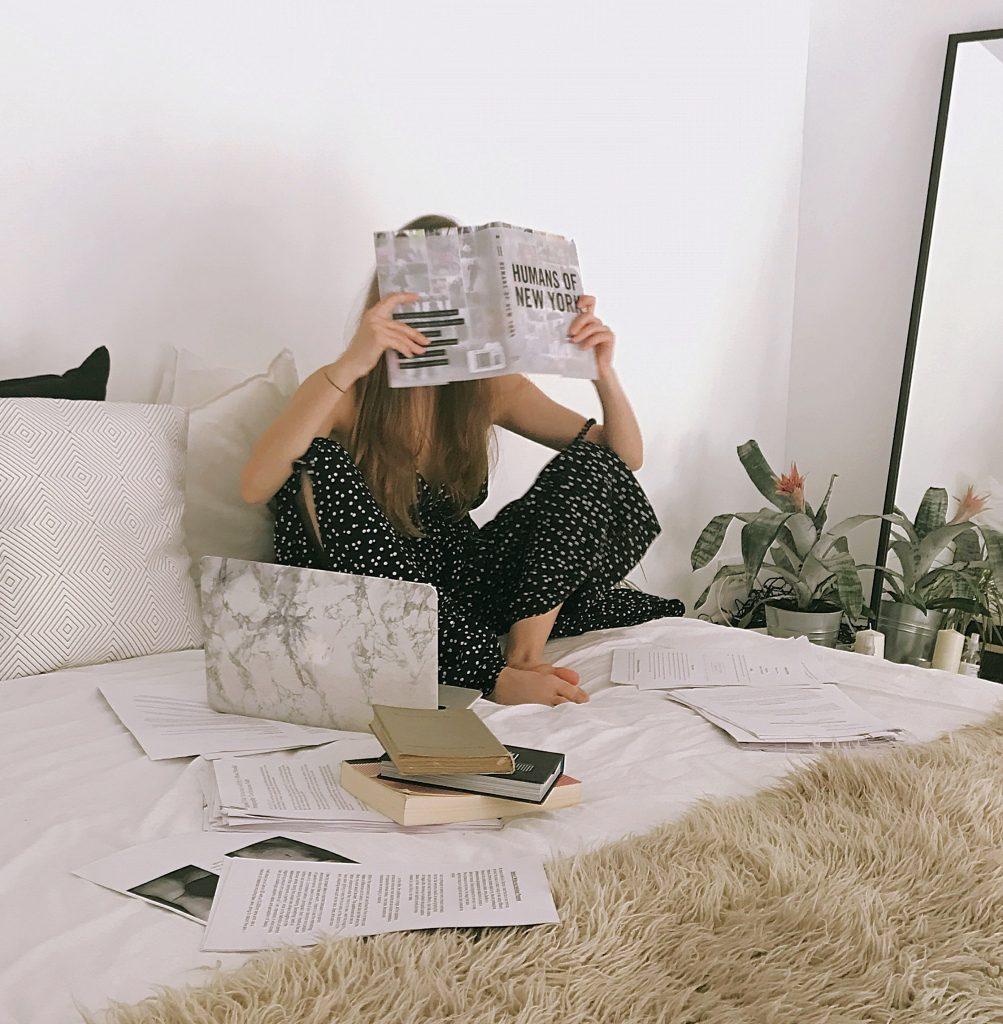 Der er noget mega hyggeligt ved at tage en hyggelig og bare slappe af og læse bøger. (Foto: Pexels)