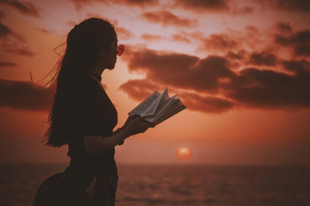 At læse er god adspredelse fra hverdagens store og små ting. Foto: Unsplash)