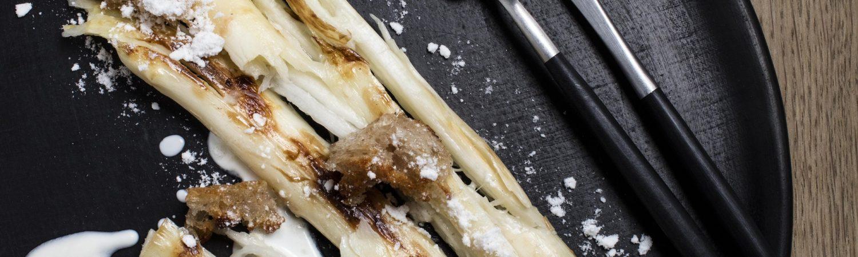 Grillede hvide asparges med peberrod og sprødt brød gemyse opskrift (Foto: Flemming Gernyx)