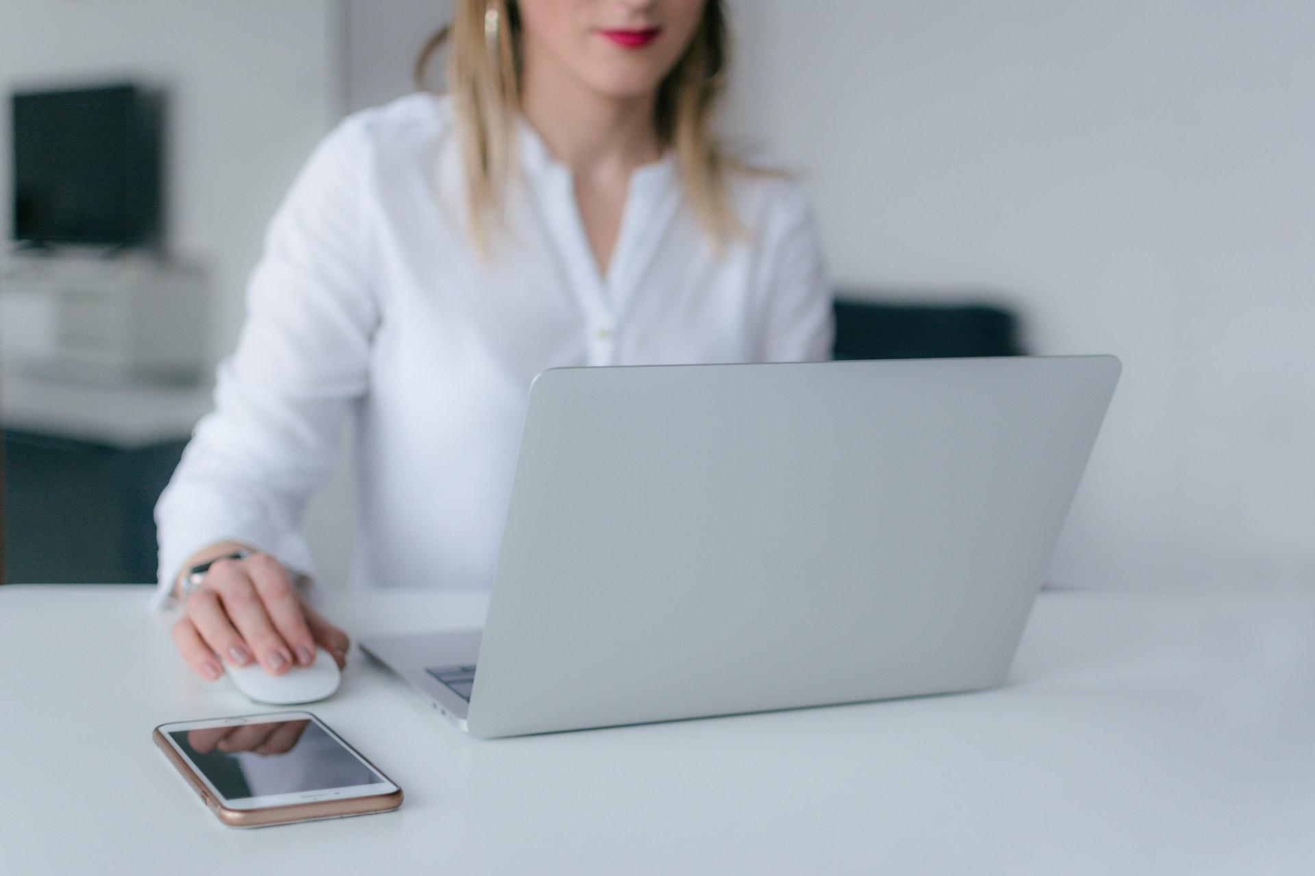 webcam, kamera, computer, macbook, pc, hacker, hacking, arbejde, skole, studie, pige, kvinde, job