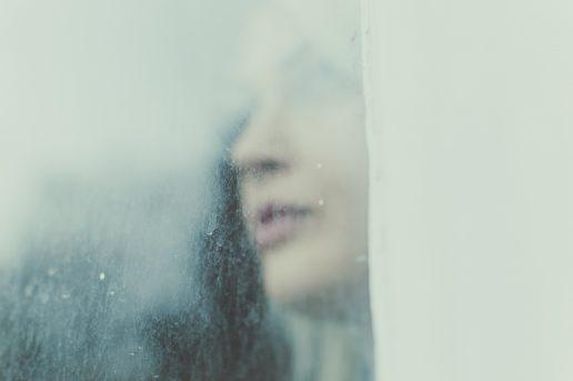 kvinde pige tænker eftertænksom vindue (Foto: Unsplash)