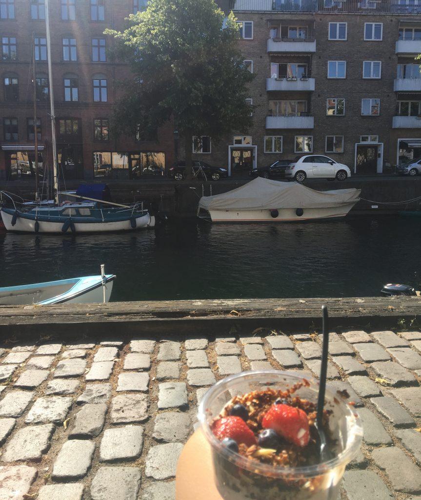 Morgen, lagkagehuset, christianshavn kanal, sol, morgen, sommer, både, morgenmad, morgenkaffe, kedsomhed, tankeræs, morgen