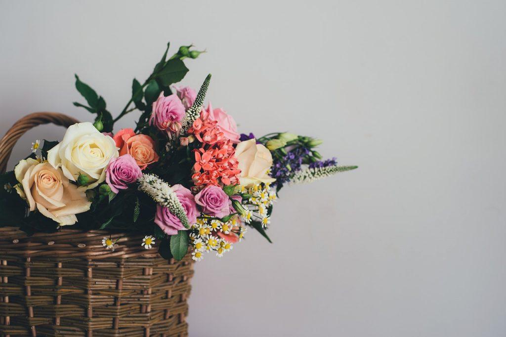 Flettet kurv med blomsterBrændekurv kurve indretning (Foto: Pixabay)