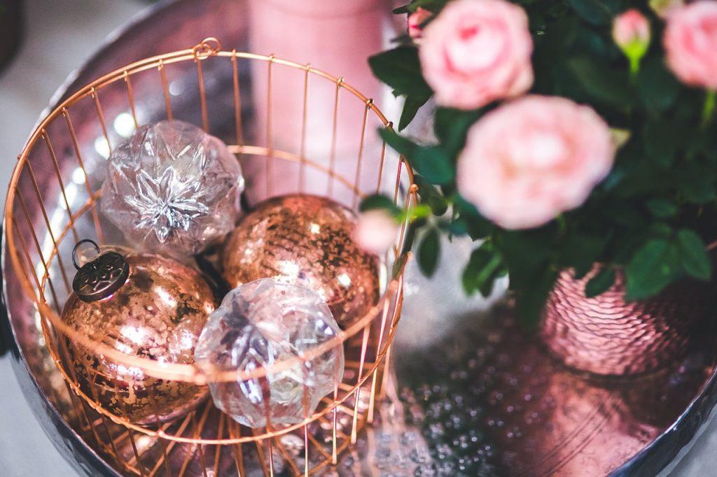 Julekurv Flettet kurv med blomsterBrændekurv kurve indretning (Foto: Pixabay)