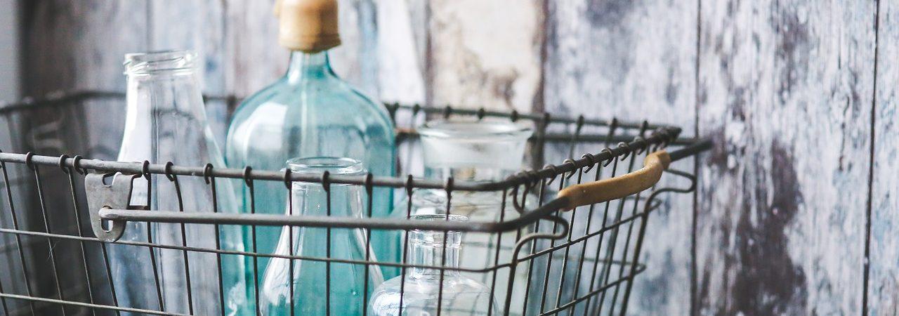Kurv i metal med flaskerJulekurv Flettet kurv med blomsterBrændekurv kurve indretning (Foto: Pixabay)