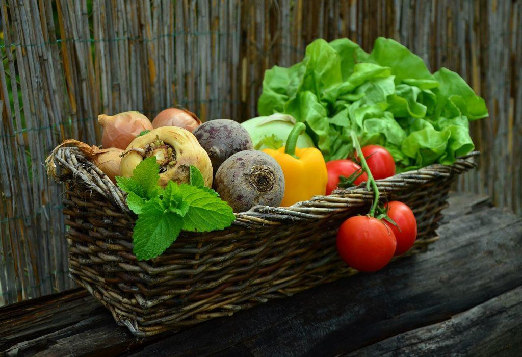 madvarer frugt og grøntsager Kurv i metal med flaskerJulekurv Flettet kurv med blomsterBrændekurv kurve indretning (Foto: Pixabay)