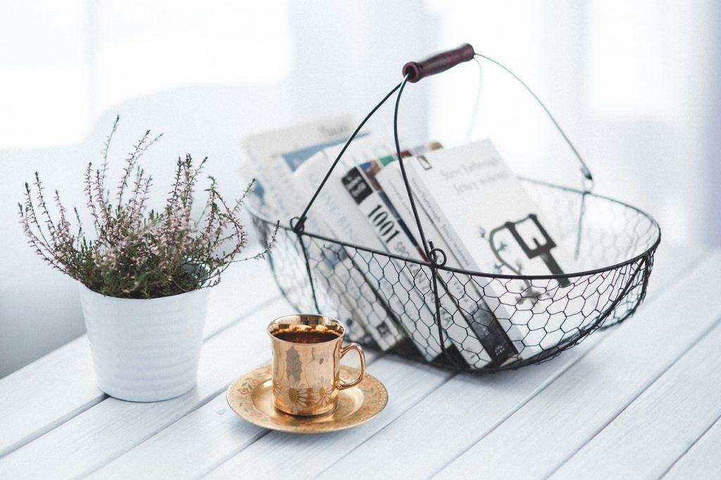bøger og magasiner madvarer frugt og grøntsager Kurv i metal med flaskerJulekurv Flettet kurv med blomsterBrændekurv kurve indretning (Foto: Pixabay)