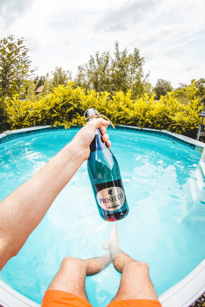 prosecco bobler pool sommer (Foto: Unspash)