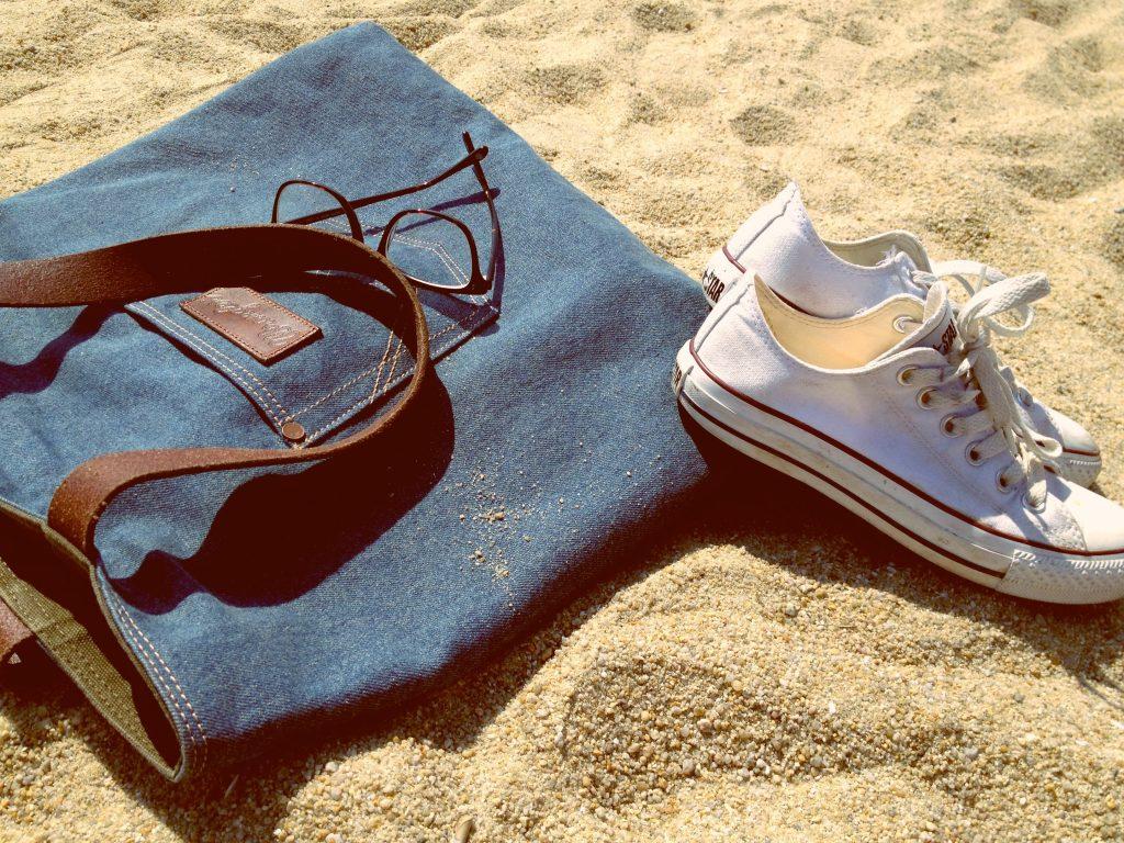 strand sommerferie pakke sko briller (Foto: Unsplash)