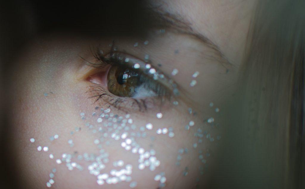 øjenbryn øjne kindben glimmer ansigt (Foto: Unsplash)