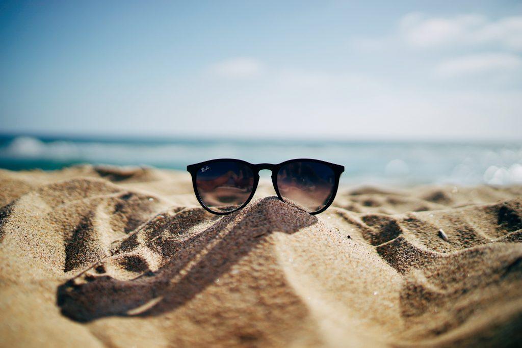 sol sommer solbriller sand strand (Foto: Unsplash)